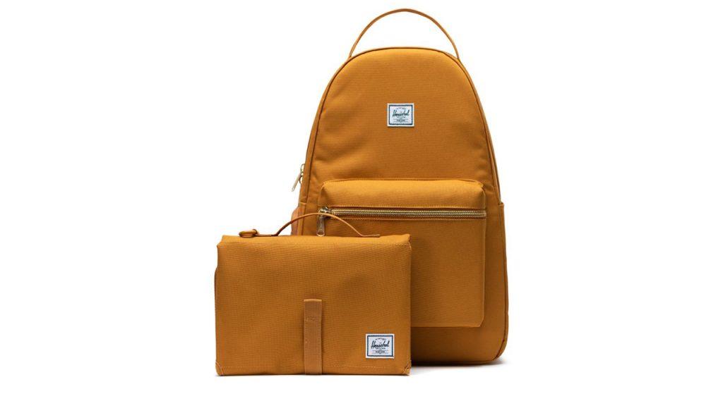 Una mochila y un bolso pequeño.