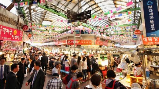 El famoso mercado de Gwangjang en Seúl, Corea del Sur Escenas coreanas: la gente, los vendedores y la fantástica comida callejera.