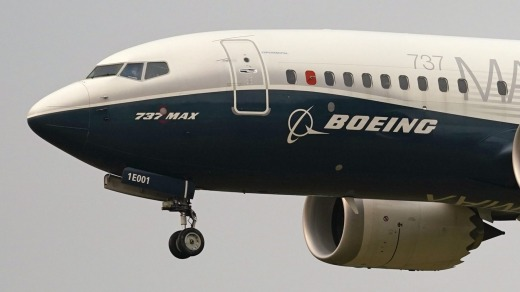 Un Boeing 737 MAX, pilotado por el jefe de la Administración Federal de Aviación (FAA) Steve Dickson, se prepara para aterrizar en Boeing ...