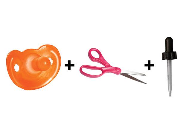 suministros para trucos de medicamentos para bebés: un chupete, tijeras y una jeringa