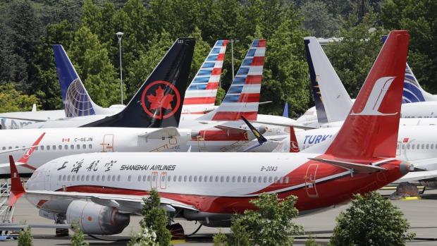 Docenas de aviones Boeing 737 MAX en tierra llenan un área de estacionamiento adyacente al Boeing Field de Seattle.