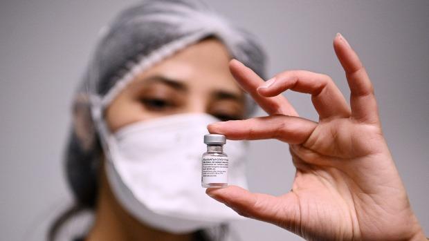 Un trabajador de la salud muestra una dosis de la vacuna Pfizer-BioNTech COVID-19 en el hospital Robert Ballanger de París.