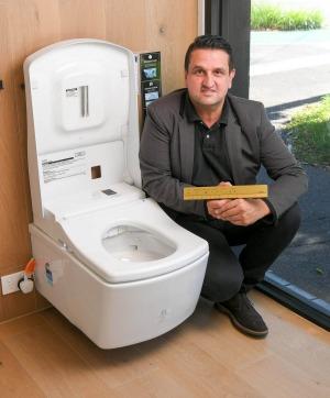 Dominic Polito, gerente de ventas de Sirius Design en South Melbourne con el inodoro de alta gama.
