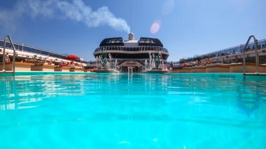 La piscina a bordo del MSC Grandiosa.