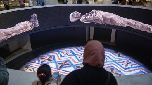 Una proyección sobre las momias reales en el interior del nuevo Museo Nacional de la Civilización Egipcia.