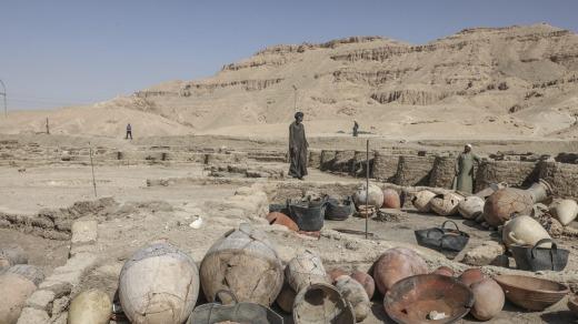 Objetos encontrados en la ciudad recién descubierta, ubicada entre el templo del rey Ramsés III y los colosos de Amenhotep III ...