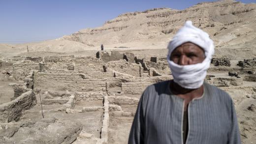 Un trabajador en el sitio de una ciudad perdida de 3.000 años en Luxor, Egipto.  Los arqueólogos egipcios han descubierto Aten o