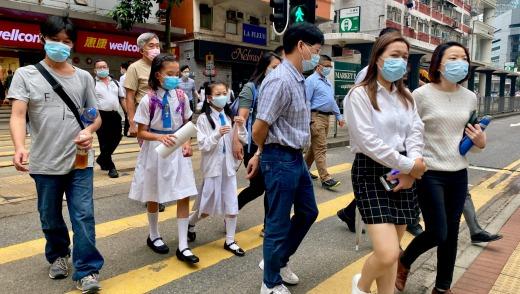 Personas que usan máscaras faciales en Hong Kong.
