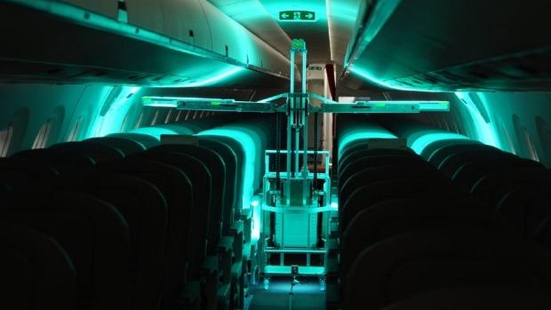 Un robot puede desinfectar un avión de pasillo único en 13 minutos, de principio a fin, aunque los aviones más grandes tardan más.