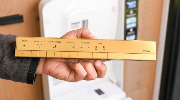 El inodoro Toto de alta gama de Sirius Designs cuesta $ 33,000 y viene con un control remoto chapado en oro.