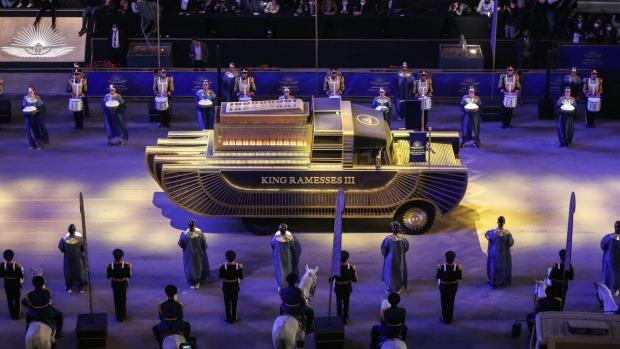 Un vehículo especialmente diseñado transporta la momia del rey Ramsés III en un convoy desde el Museo Egipcio de Tahrir ...
