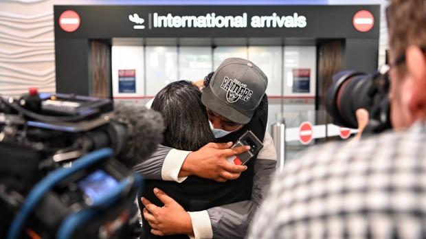 Llegadas emocionantes al aeropuerto de Auckland después del primer vuelo burbuja trans-Tasmania.  La mayoría de las personas que intentan irse ...