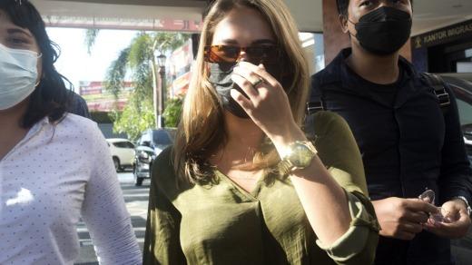 La influencer rusa Leia Se sale de la oficina de inmigración en Jimbaran, Bali.