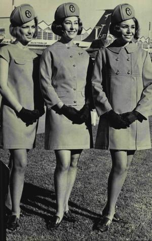 Dierdre Graham (izquierda), Isla Taylor y Pauline Ewers modelan los uniformes de Qantas en 1969.
