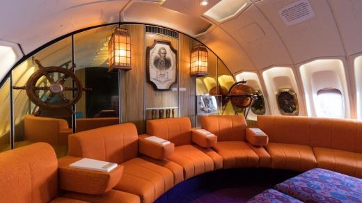 El salón de la cubierta superior del jumbo jet tenía un tema náutico.