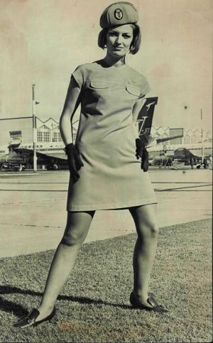 Dierdre Graham modela los nuevos uniformes de Qantas en 1969. Trabajar como asistente de vuelo en esos días era