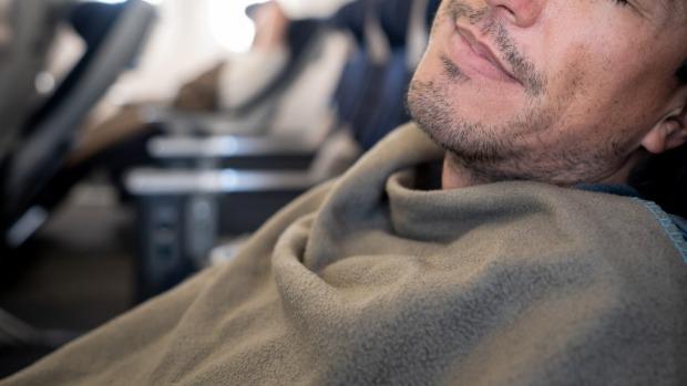 Pasajero de la aerolínea JetBlue sin máscara que se sonó la nariz a la policía con una multa de $ 13,574