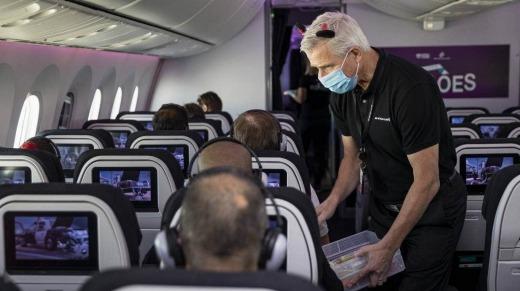 El presidente ejecutivo de Air New Zealand, Greg Foran, distribuye bloques de hielo en el vuelo del sábado.