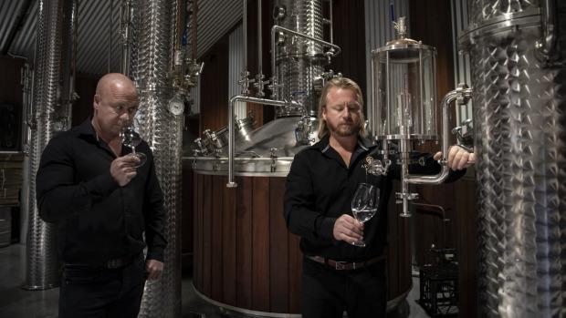 Anton (derecha) y Mark Balog de Artemis Wines están disfrutando de un éxito sin precedentes a través del enoturismo.