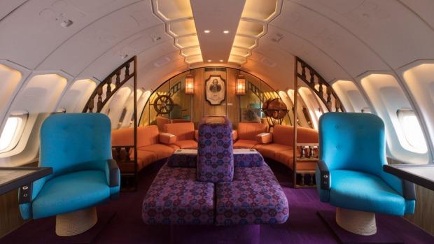 La réplica de la sala de estar a bordo del icónico jumbo jet de Qantas de la década de 1970.