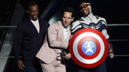 Anthony Mackie, izquierda, y su personaje Capitán América, derecha, aparecen en el escenario con Paul Rudd en Avengers Campus ...