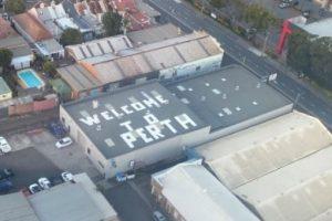 """Cartel de """"Bienvenido a Perth"""" en Sydney: la broma en el techo asusta a los pasajeros que vuelan en un Sydney"""