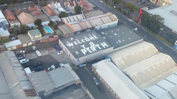 """Un cliente de Brad Heasman tomó esta foto de Heasman """"Bienvenido a perth"""" Inicie sesión en Sydenham, Sydney."""