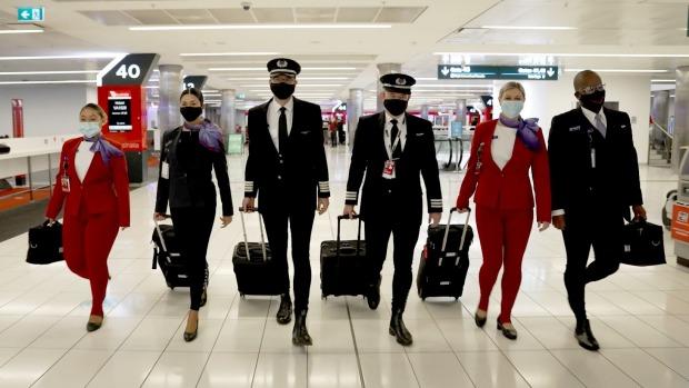 Los pilotos y la tripulación de Virgin Australia dan forma a calzoncillos largos antes del vuelo.