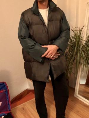 Bruno Harding llevaba el abrigo, que pesaba 6,8 kg.