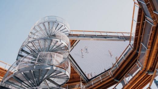 Una telaraña aventurera suspendida parcialmente en el centro de la Torre Espiral ofrece a los huéspedes atrevidos otro punto de vista.