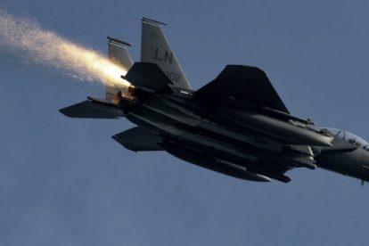 El observador del avión rescata al piloto después de detectar un problema con el avión de la Fuerza Aérea de EE. UU.