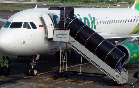 Un hombre positivo de COVID se embarca en un vuelo disfrazado de esposa