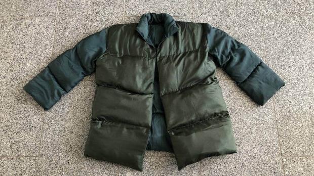 El abrigo parece una chaqueta de plumas normal, pero está llena de ropa.