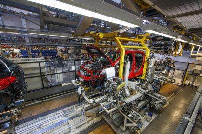 La escasez de personal y semiconductores sofoca la producción de automóviles nuevos en el Reino Unido